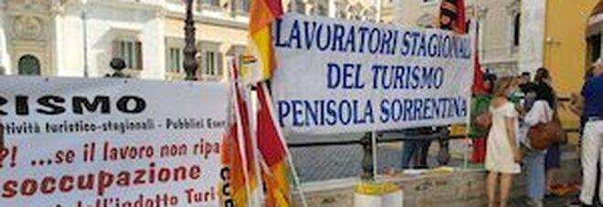 Primo maggio, la protesta degli operatori del turismo a Pompei: «Che a morire sia il Covid, non il lavoro»