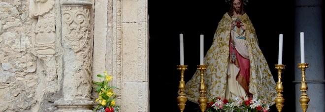 A Napoli lo show room per i parroci, persino piviali in crine di cavallo