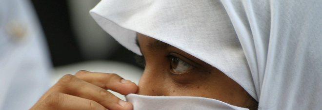 La famiglia le impone il velo islamico, lei rifiuta di andare a scuola