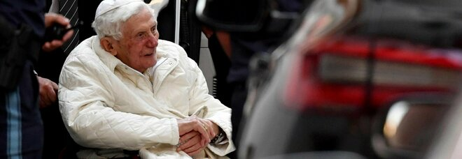 «Benedetto XVI è gravemente malato dopo la morte del fratello Georg»: la rivelazione del biografo