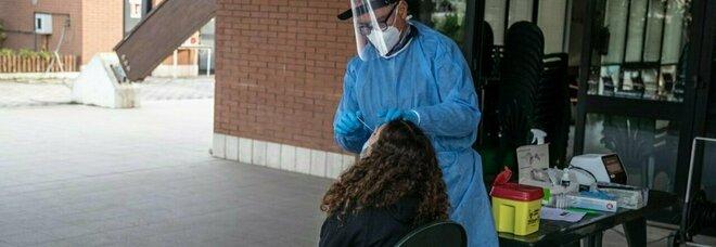 Giovani positivi al virus, contagi in aumento. I virologi: «Tutti non vaccinati, alcuni ricoverati gravi»