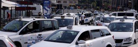 Napoli, la guerra dei tassisti: «Cacciati quelli che usano le app»