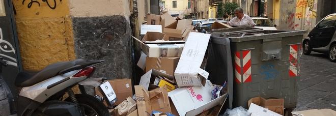 Corso Umberto I, rifiuti a terra tra inciviltà dei cittadini e inefficienza del Comune