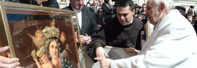 L'icona della Vergine della Speranza mostrata a papa Francesco