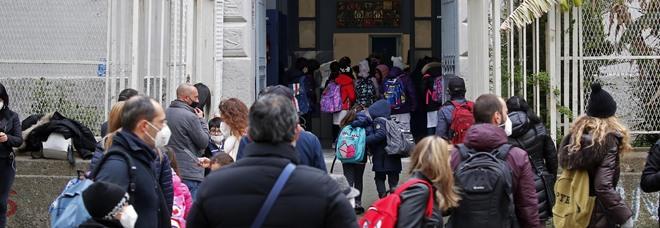 Covid e scuola, a Napoli è subito stop: contagi tra alunni e prof, le classi vanno in quarantena