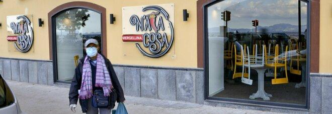 Campania in zona arancione, cosa cambia: riaprono 10mila negozi