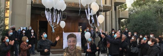 Il lancio dei palloncini al termine della messa in occasione del I anniversario dell'omicidio di Luca Sacchi( foto Emilio Orlando)