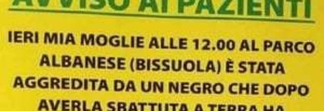 «Mia moglie aggredita da un negro, l'ha sbattuta per terra»: il cartello choc dal dentista