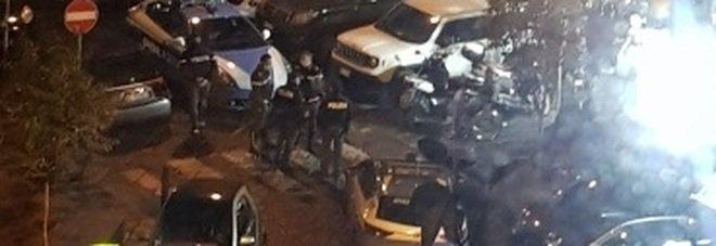Napoli, fuochi d'artificio in una piazza del centro storico: arriva la polizia