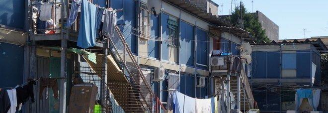 Napoli, «bipiani» in amianto: un anno per bonificare ma serve un tetto per i residenti