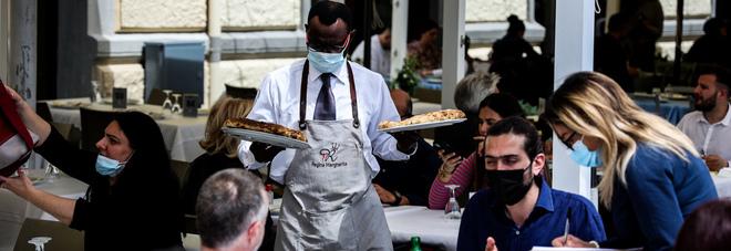 Primo maggio a Napoli col maltempo: file ai ristoranti ma niente caos