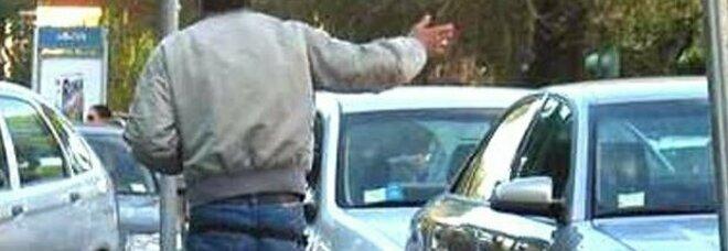 Napoli, parcheggiatore abusivo colpisce auto di due donne a pugni e piega il cofano perché vuole soldi: 48enne arrestato
