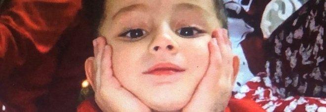 Bambino morto caduto dal balcone a Napoli, lo strazio della mamma: «Non potrò mai perdonarmelo»