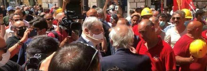 Protestano i lavoratori dell'ex Ilva: scontri con le forze dell'ordine, feriti quattro agenti