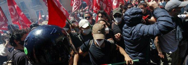 Roma, scontri tra manifestanti e forze dell'ordine a Montecitorio: carabiniere ferito alla testa