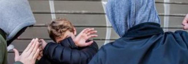«Picchiato e umiliato dai bulli perché figlio di un poliziotto»