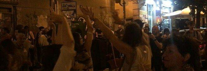 Musica, ballo e spritz: a Napoli la processione per San Gennaro diventa discoteca