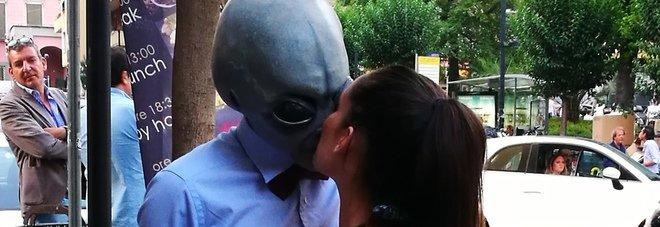 Napoli, la strage dei baci alieni: chi è il marziano che approccia le belle ragazze