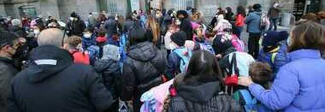 Campania in zona arancione, scuole aperte: rientro in classe con i dubbi sui trasporti e l'incognita dei sindaci