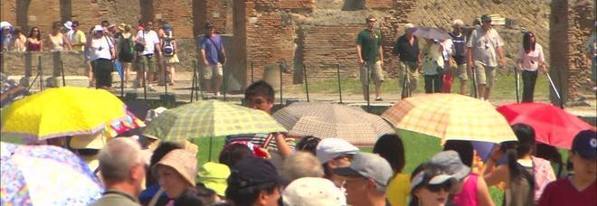 Scavi di Pompei, cambia il galateo: vietati ombrelli, bikini e selfie
