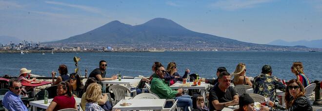 Napoli in zona bianca, cosa cambia: niente orari, tavolate libere all'aperto