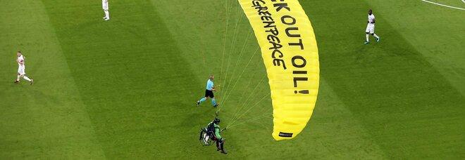 Francia-Germania, invasione di campo di un attivista di Greenpeace: atterra nello stadio con un paracadute
