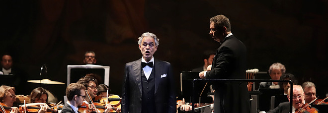 San Carlo in piedi per Bocelli: tre bis. E con il pubblico canta «Funiculì Funiculà»