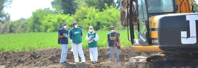Terra dei Fuochi. Parlano i pentiti e ricominciano gli scavi a Villa Di Briano: si cercano i rifiuti in un fondo coltivato a mais