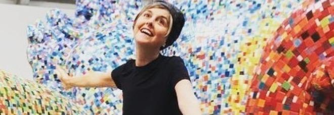 Nadia Toffa sulla gigantesca poltrona a mosaico, poi rassicura i fan