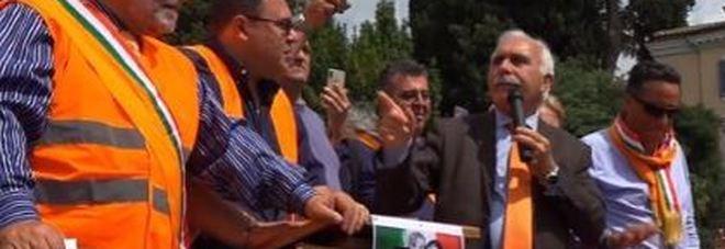 Gilet arancioni in piazza del Popolo: slogan contro Mattarella