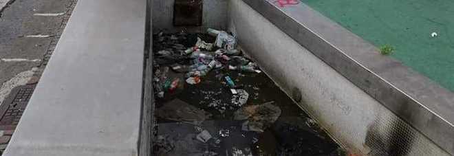 Le vasche della fontana trasformate in sversatoio di rifiuti