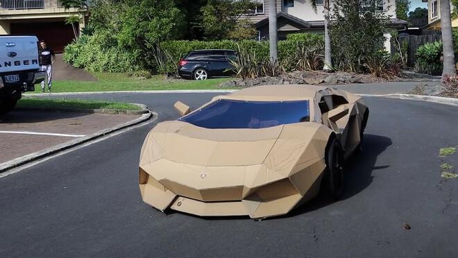 Uno youtuber costruisce una Lamborghini di cartone, la vende per più di 10.000 dollari e dona i soldi a un ospedale pediatrico