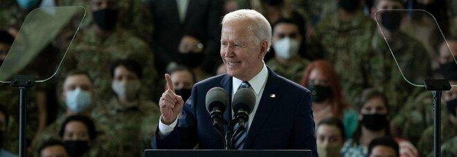 """Joe Biden al G7, la gaffe sulla """"Raf"""" che fa infuriare gli inglesi. Tabloid scatenati: «È anziano»"""
