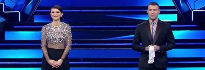 Fedez in lacrime sul palco dell'Ariston, interviene Fiorello: «Stava per svenire»