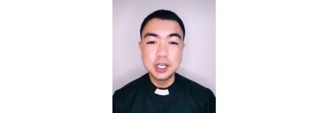 Padre TikTok, il prete filippino che cattura i giovani sui social e fa incetta di milioni di like