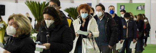 Vaccini Covid, sprint al via a Napoli: cinquemila dosi al giorno ma è boom di positivi