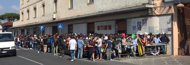 Migliaia di persone in fila a napoli per il rilascio for Questura napoli permesso di soggiorno