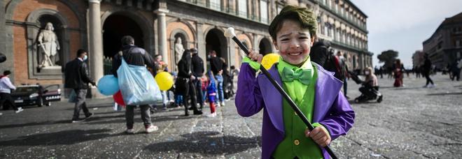 Campania zona gialla, De Luca firma l'ordinanza di Carnevale: «Vietate feste e cortei in luoghi pubblici e privati»