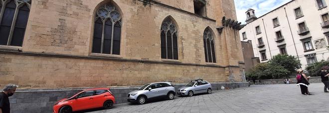 """Napoli, parcheggio """"improvvisato"""" nel cortile della Basilica di Santa Chiara"""