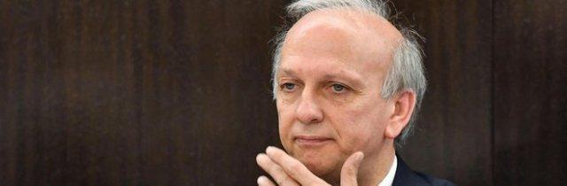 Post razzista del prof: «La Costituzione è un libro di m...», il ministro Bussetti manda gli ispettori