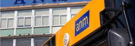 Sassi contro bus a Chiaia: finestrino in frantumi e paura tra i passeggeri