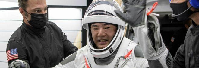 SpaceX, successo per ammaraggio notturno con 4 astronauti a bordo