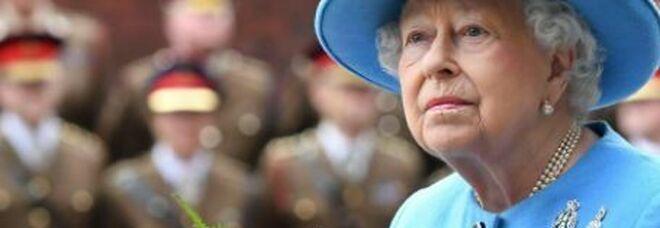 La regina Elisabetta pianta una rosa in memoria del principe Filippo, oggi avrebbe compiuto 100 anni