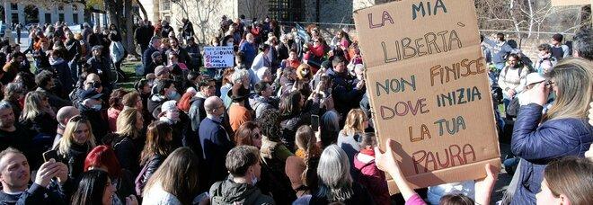 Manifestazione No Mask e No Vax a Torino: ferito un poliziotto, un denunciato e oltre 50 multati