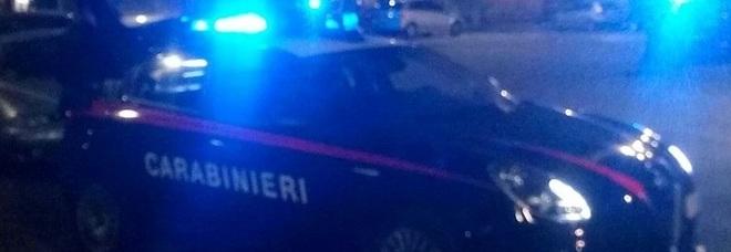 Sessa Aurunca, agli arresti domiciliari colpisce la moglie con le forbici e fugge