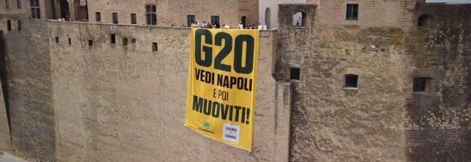 «G20, Vedi Napoli e poi muoviti!»: mega striscione per dire no all'insensata corsa al gas