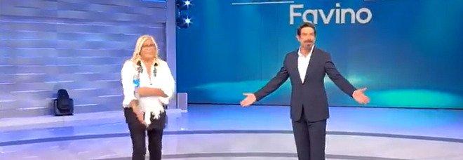 Mara Venier scatenata con Favino: «Sei il mio attore preferito, ti amo!». Lui reagisce così