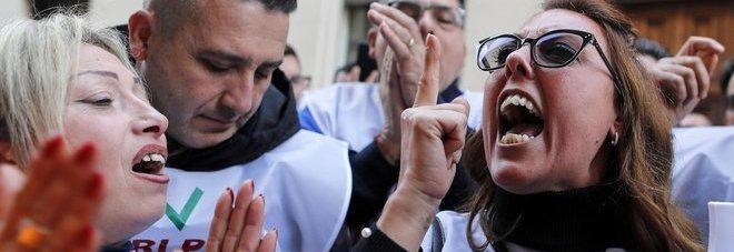 Whirlpool, gli operai contro il ministro Patuanelli: «Il governo ha fallito, mai più con M5S»