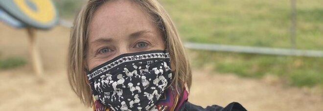 Sharon Stone si vaccina contro il Covid e invita i fan a imitarla