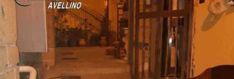 Attentato nella notte, esplode  bomba carta davanti al ristorante